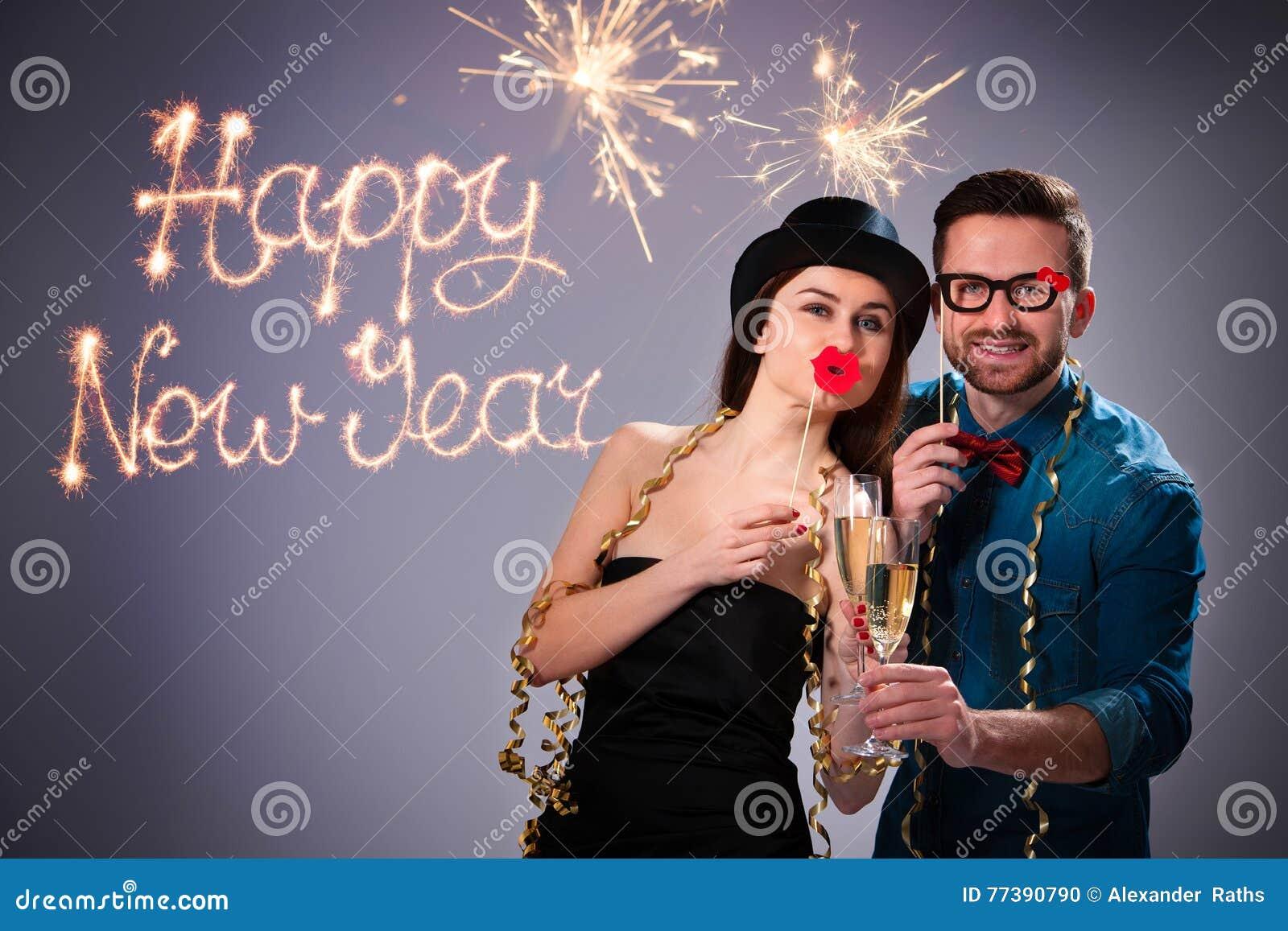 Potomstwo para z szampańskimi fletami