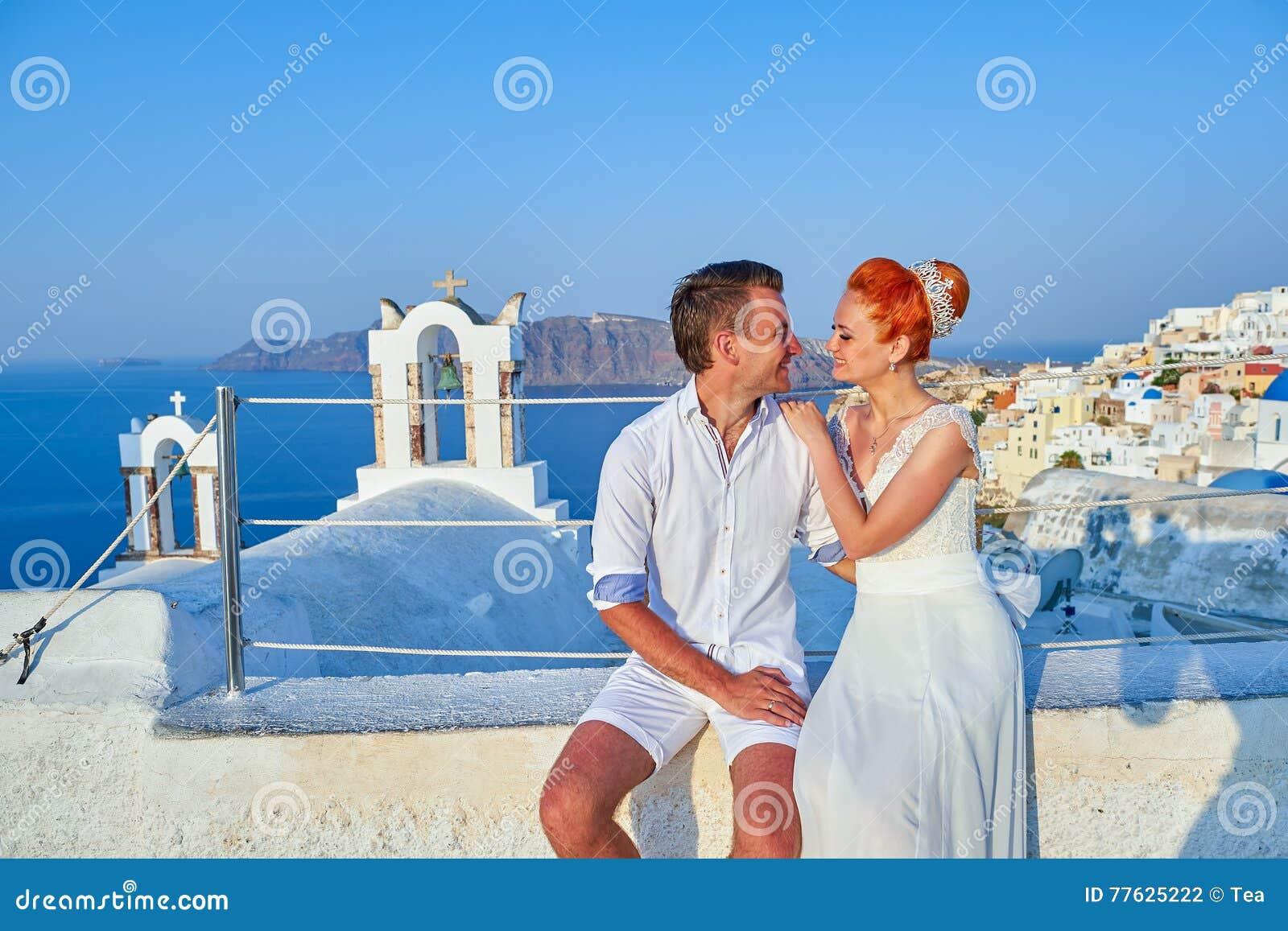 Potomstwo pary państwo młodzi świętuje ślub na Santorini