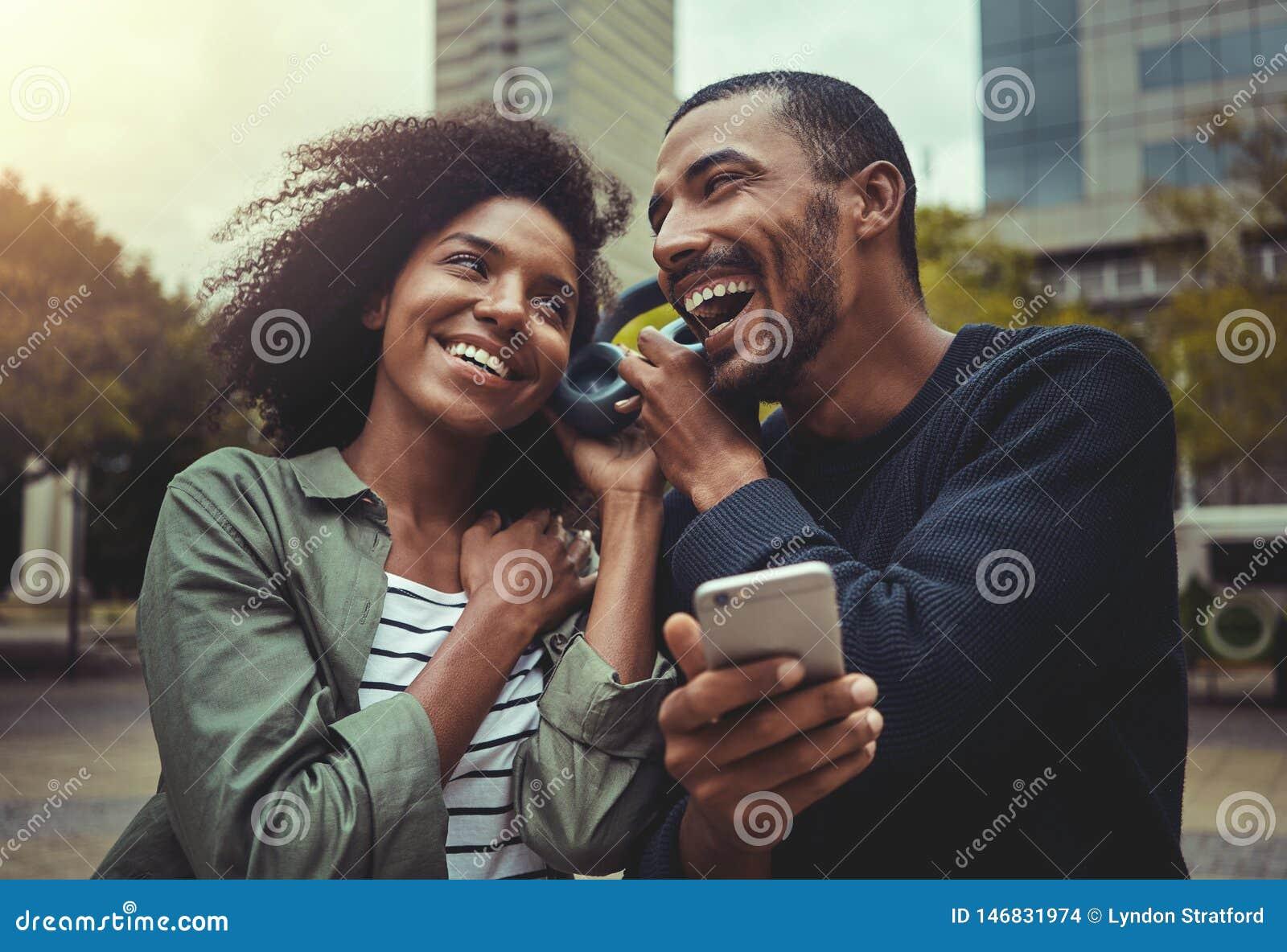 Potomstwo pary słuchająca muzyka na jeden hełmofonie