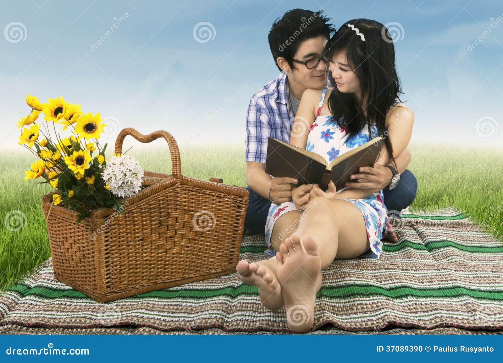 Download Potomstwo Pary Ucznie Outdoors Zdjęcie Stock - Obraz złożonej z dzień, kwiat: 37089390