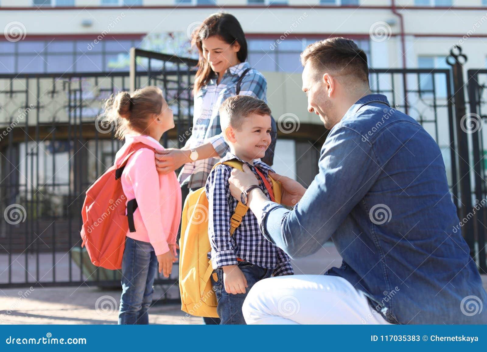 Potomstwo rodzice mówi ich małe dzieci do widzenia
