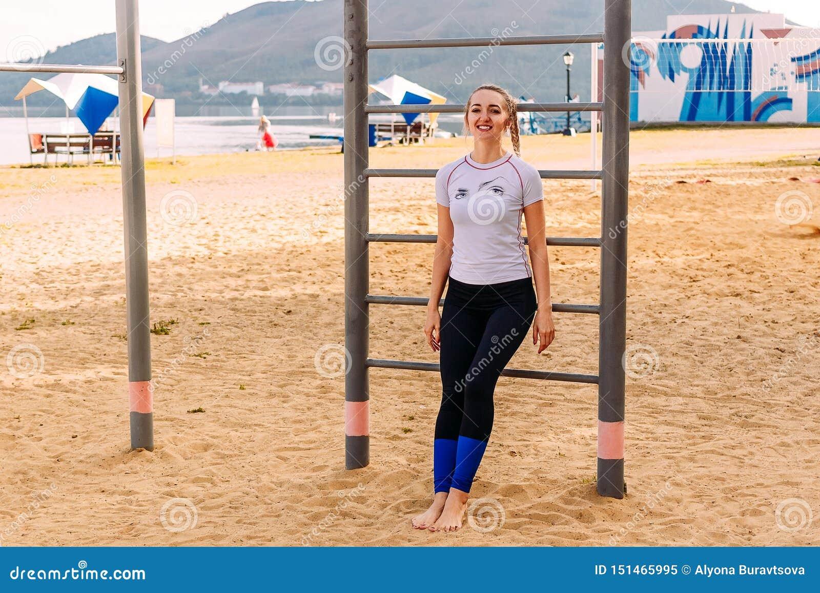 Potomstwo sportów kobieta na plaży