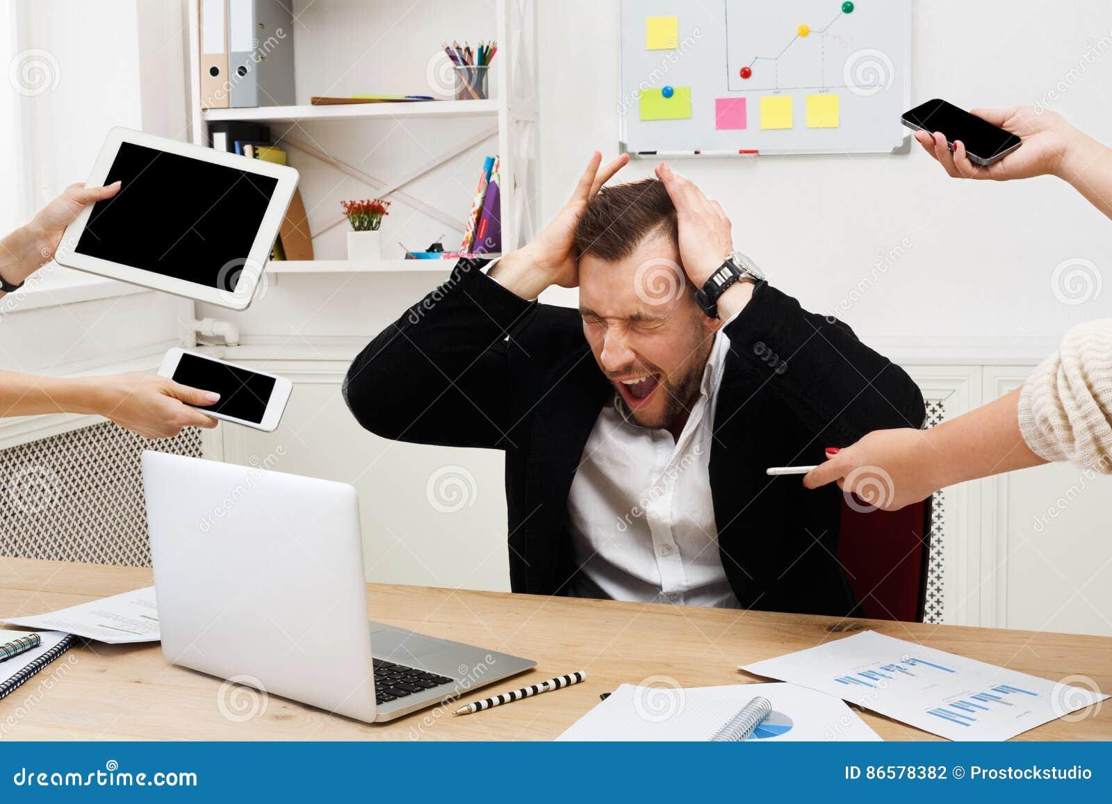 Potomstwo stresujący się zapracowany biznesmen w nowożytnym biurze