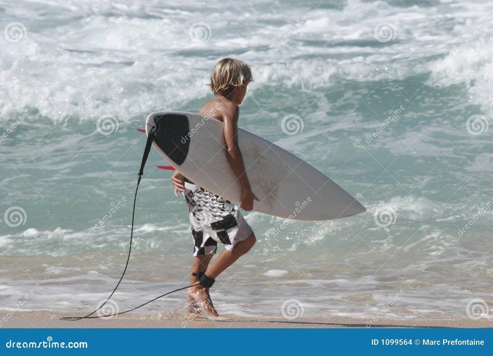 Potomstwo surfujący chłopców