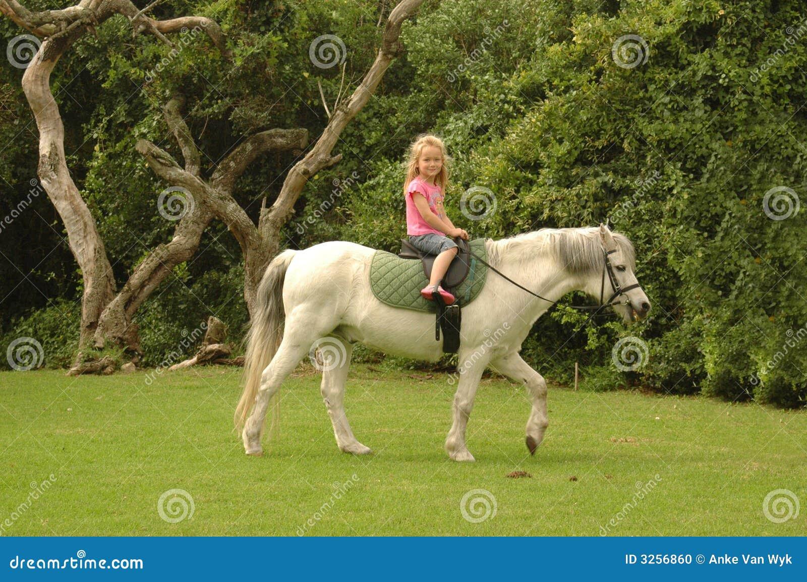 Potro del montar a caballo del niño