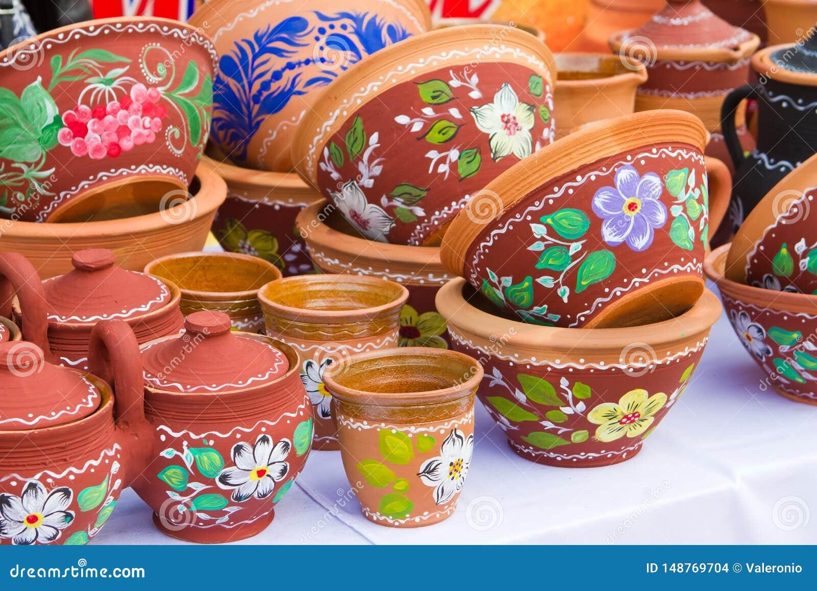 Pots d argile, cuvettes et plats en c?ramique faits main et peints ? la main avec le mod?le floral et abstrait au soleil