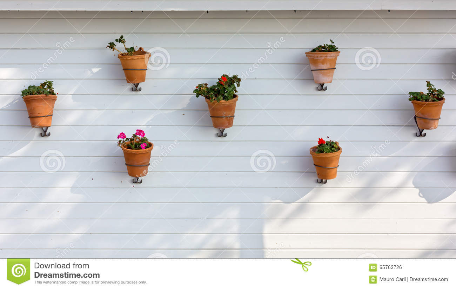 Pots de fleurs accroch s sur un mur ext rieur photo stock - Accroche pot de fleur ...