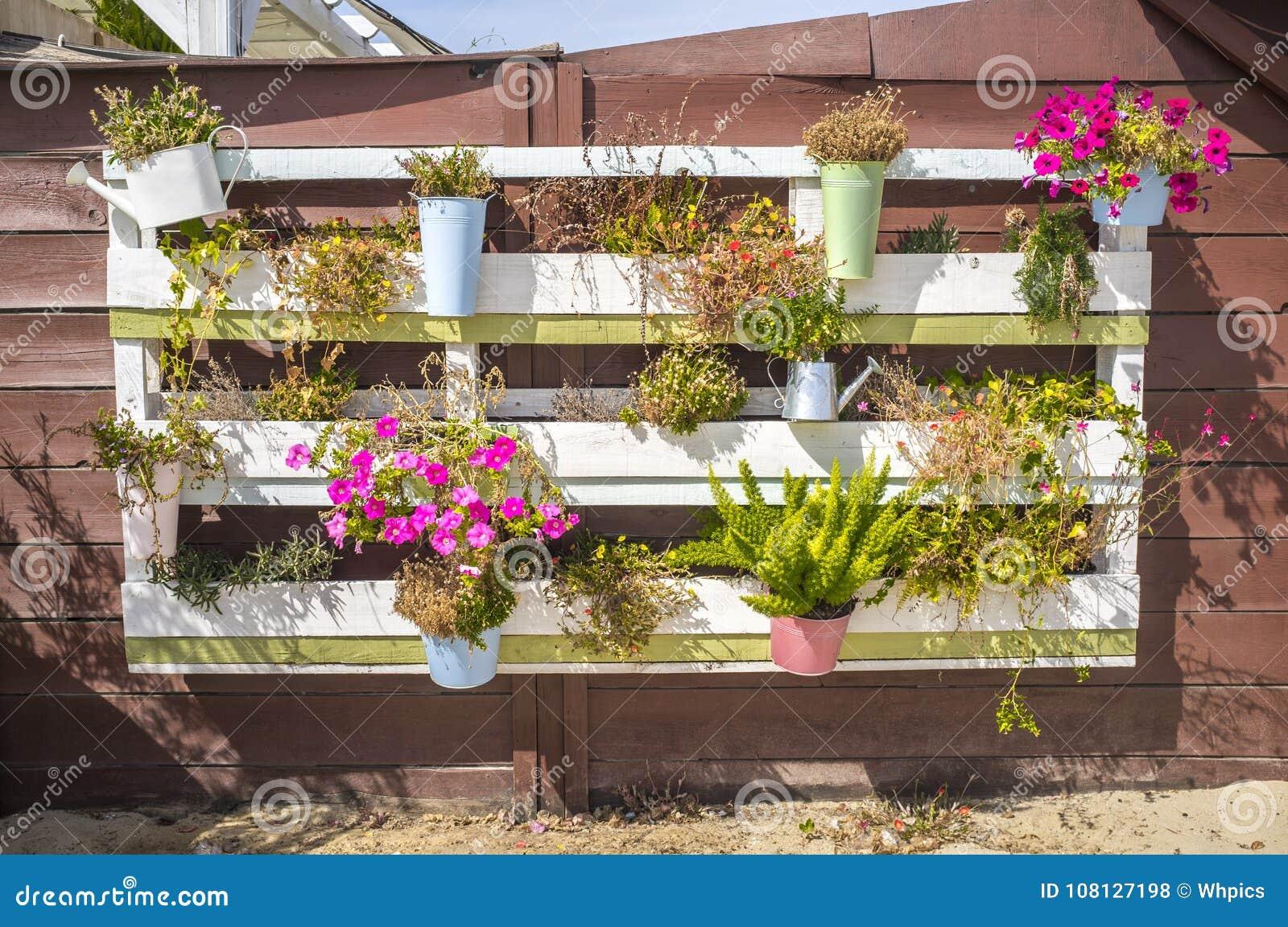 pots de fleurs pendant d 39 une palette sur le mur photo. Black Bedroom Furniture Sets. Home Design Ideas