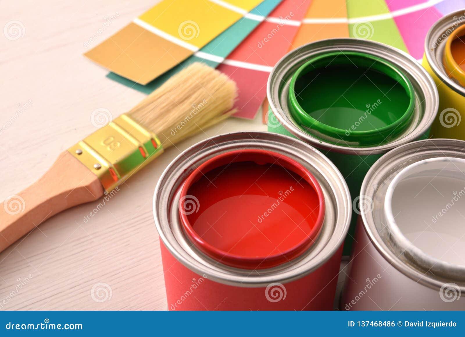 Pots De Peinture Colorés Ouverts Et Palette De Couleurs Sur La Table