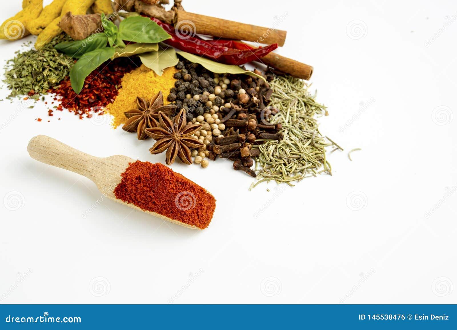 Pots de terre cuite de taille d épices et d herbes de mélange de vue supérieure différents sur le fond blanc avec l espace de