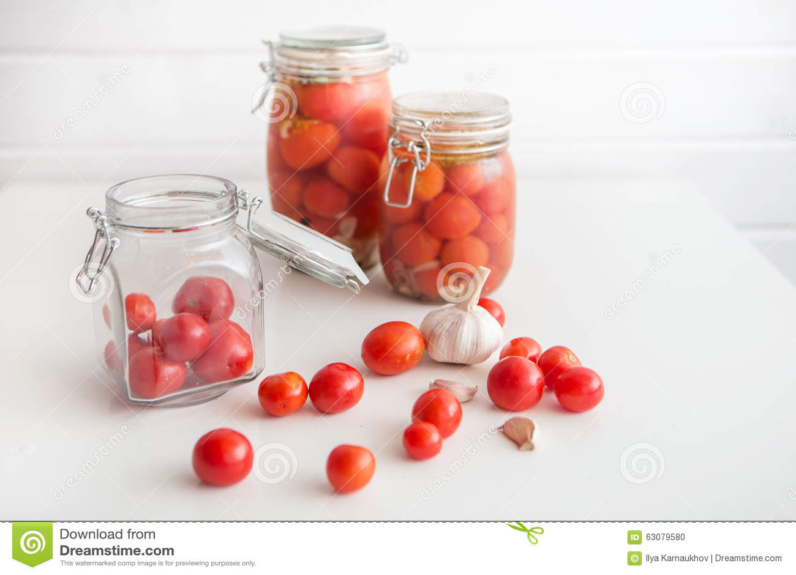 Download Pots de tomates marinées photo stock. Image du pickle - 63079580
