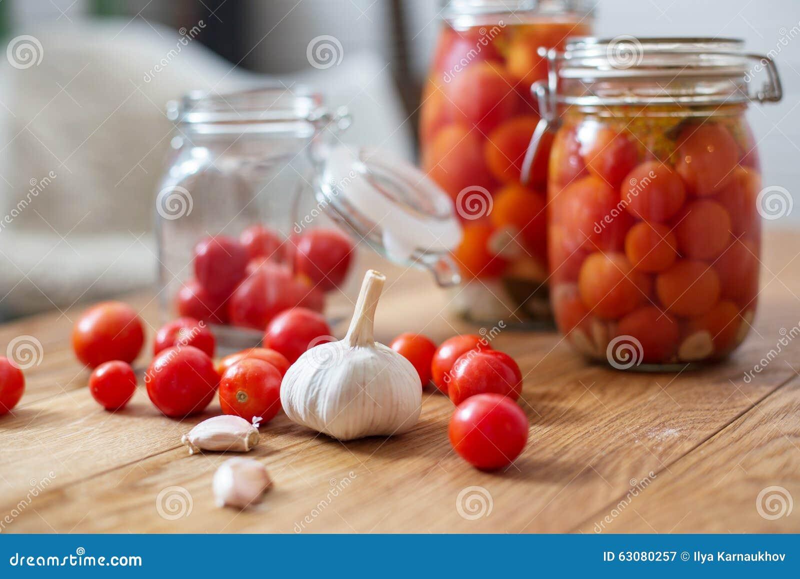 Download Pots de tomates marinées image stock. Image du nourriture - 63080257