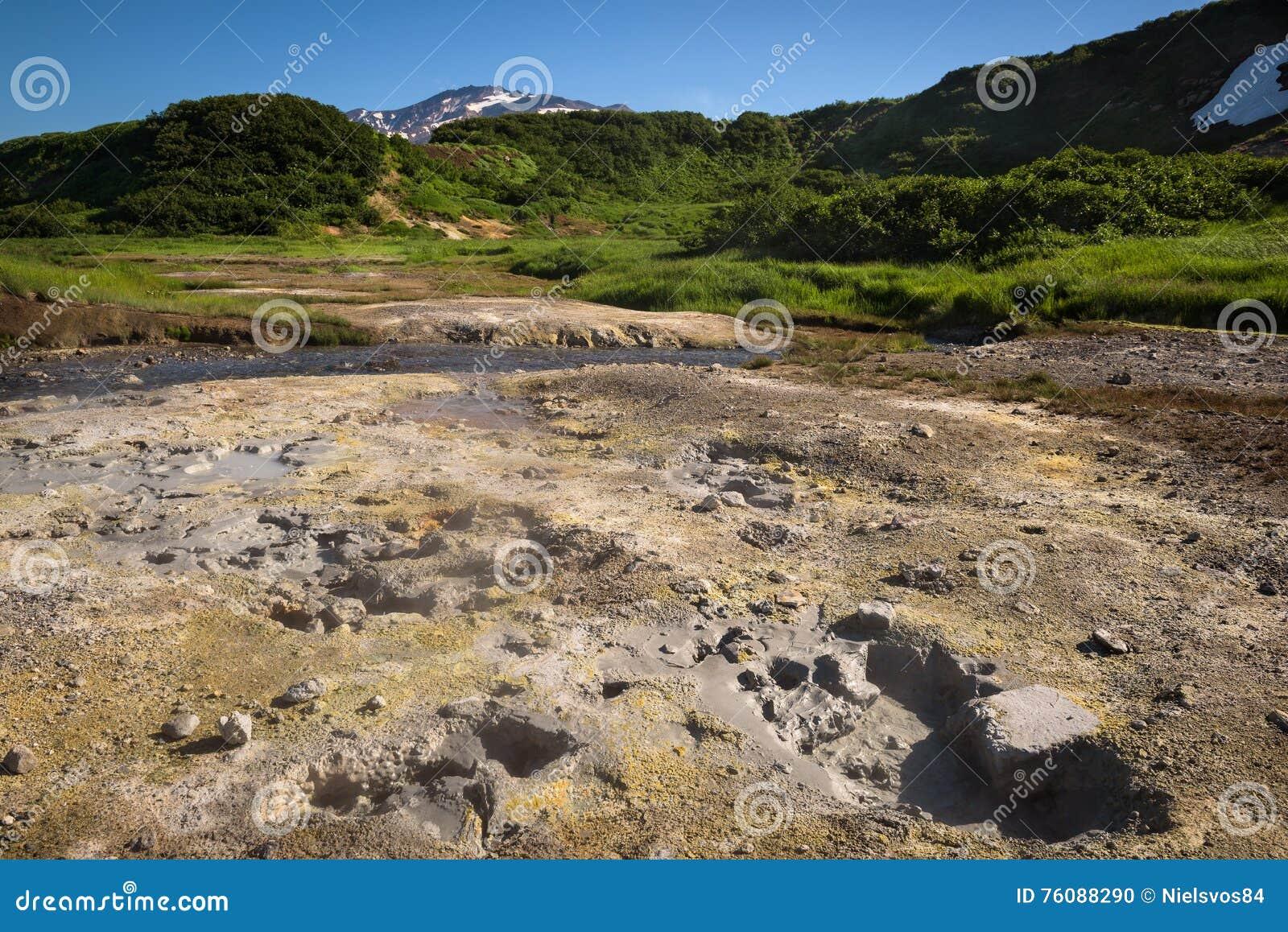 Pots et hotsprings de ébullition de boue sur les pentes du volcan de Mutnovsky près de la centrale géothermique