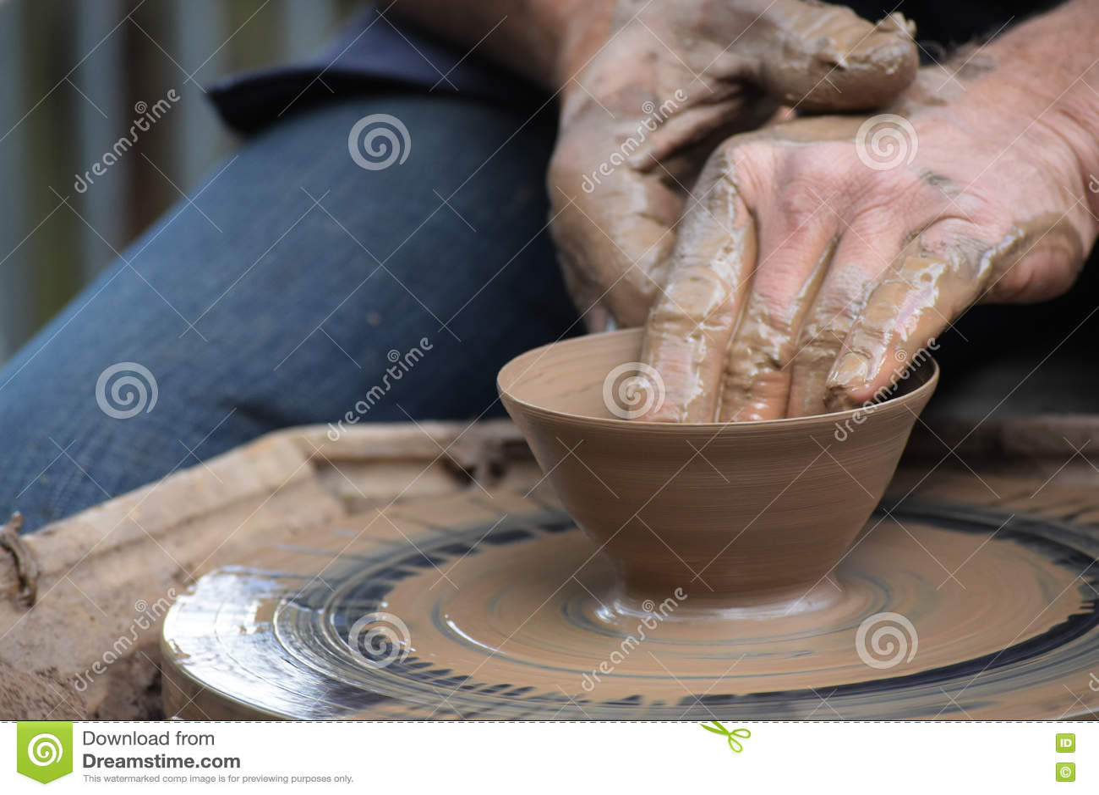 Potter& x27 χέρια του s που δημιουργούν νέο έναν κεραμικό του αργίλου στη ρόδα στο τ