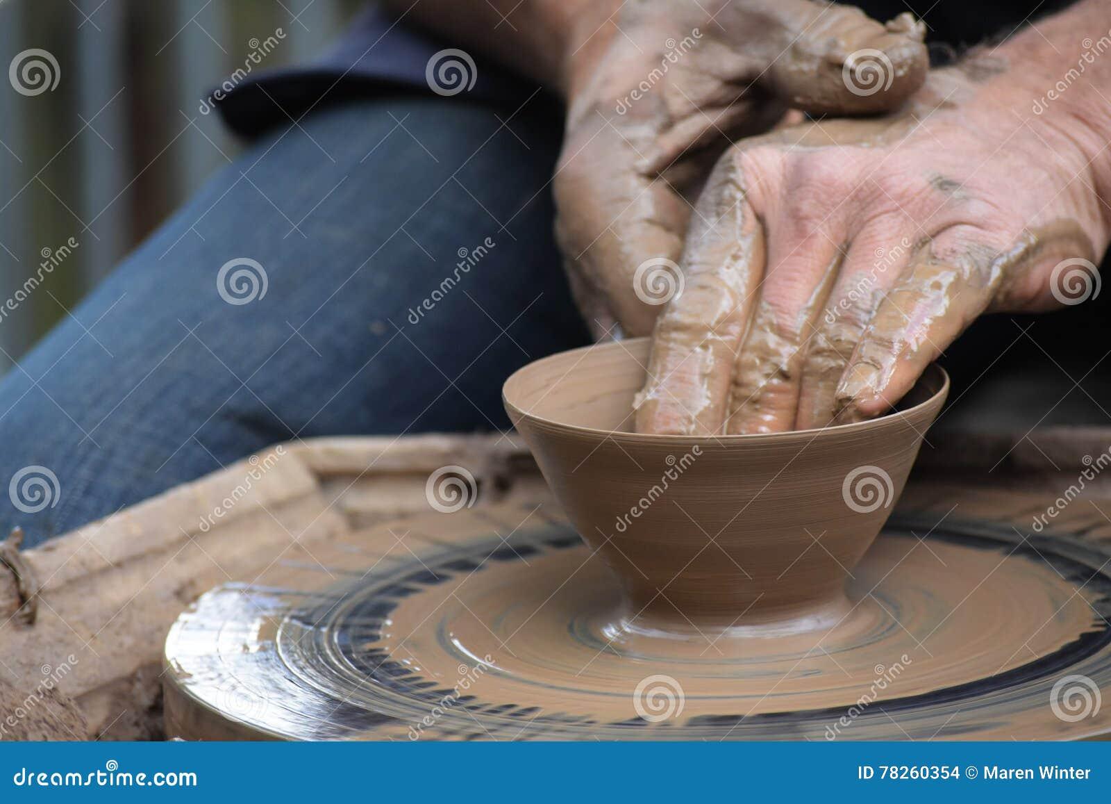 Potter& x27; s räcker att skapa ett nytt keramiskt av lera på hjulet i t