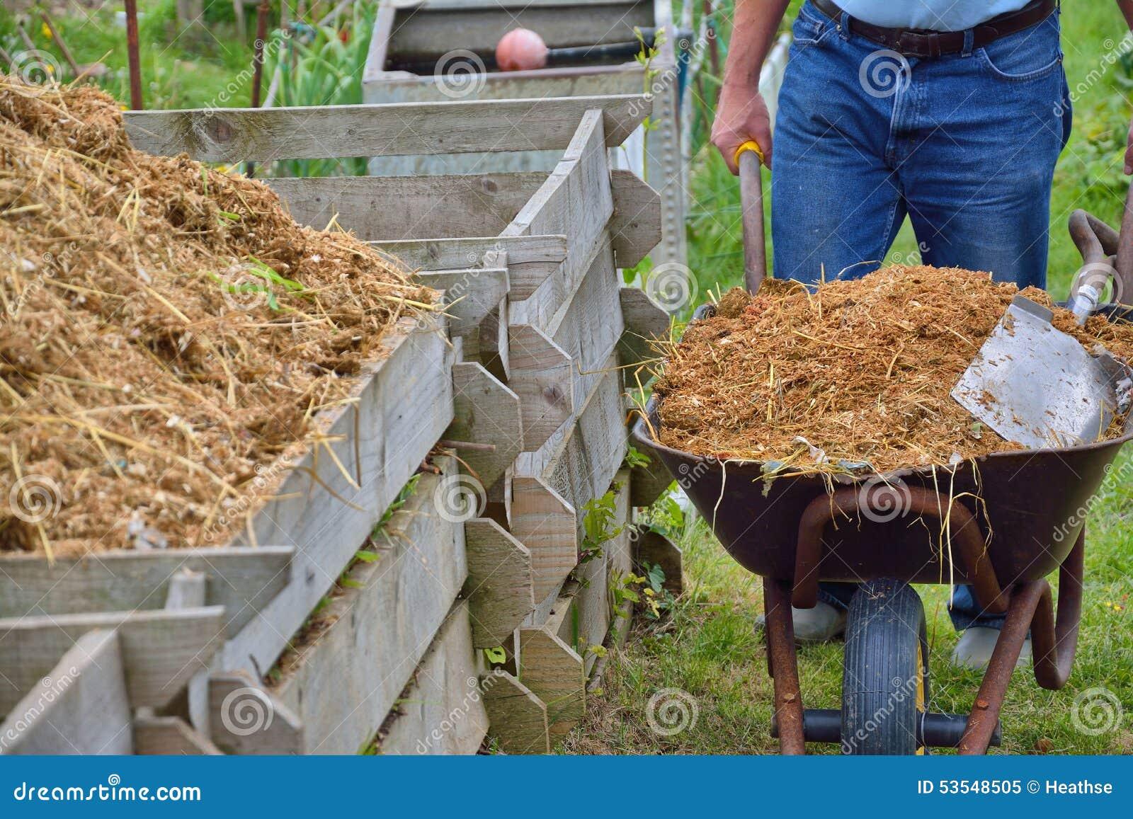 Poubelle De Compost Et Brouette D 39 Engrais Photo Stock Image 53548505