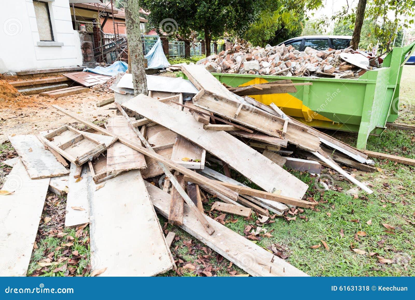 poubelle de d chets de construction avec des charges au. Black Bedroom Furniture Sets. Home Design Ideas
