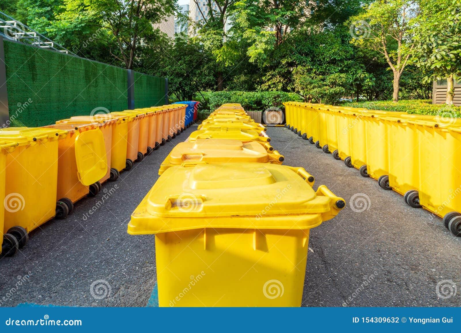 Poubelles Noires De Jardin poubelle jaune photo stock. image du stationnement, ville