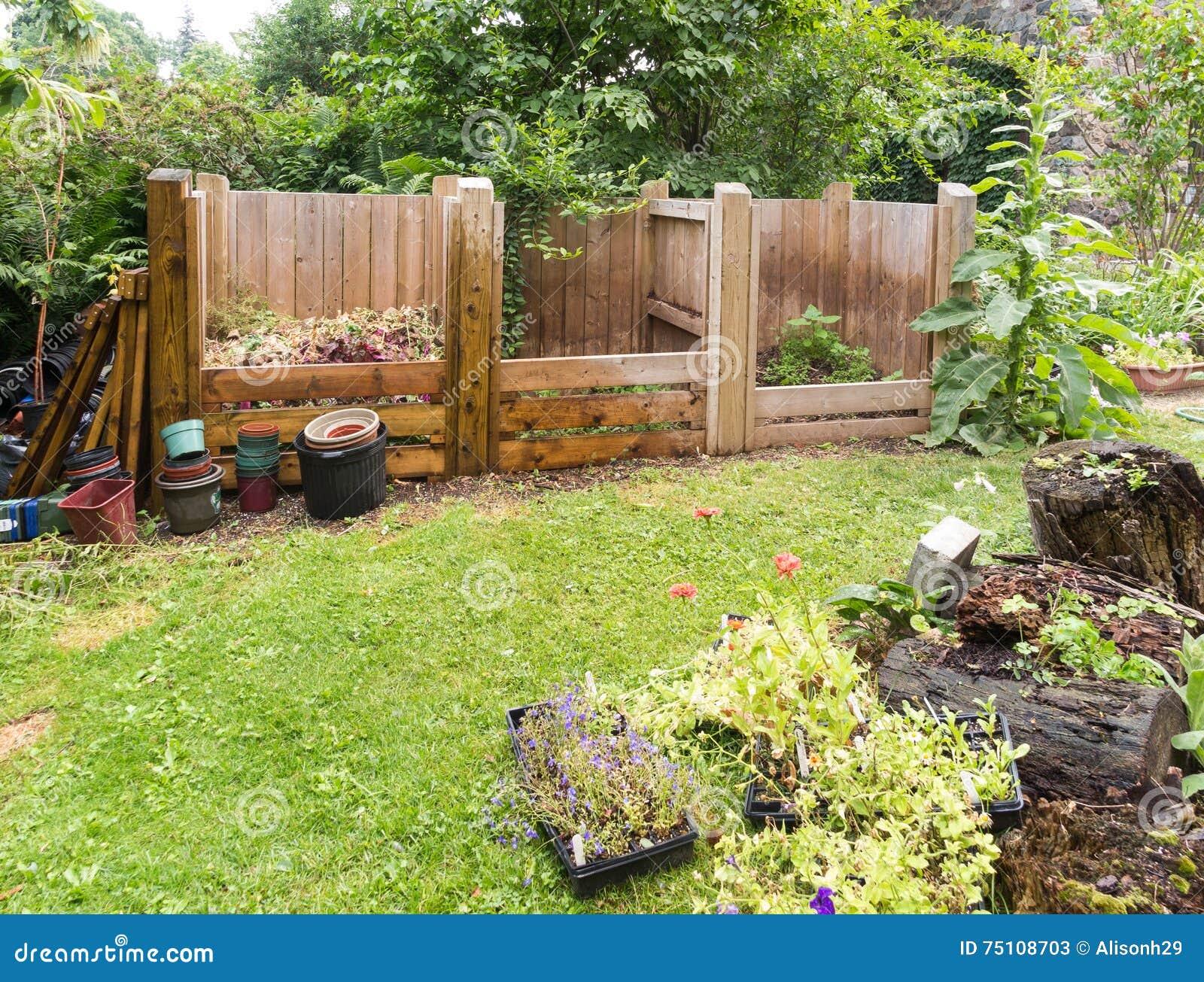 Poubelles Noires De Jardin poubelles de compost image stock. image du compost