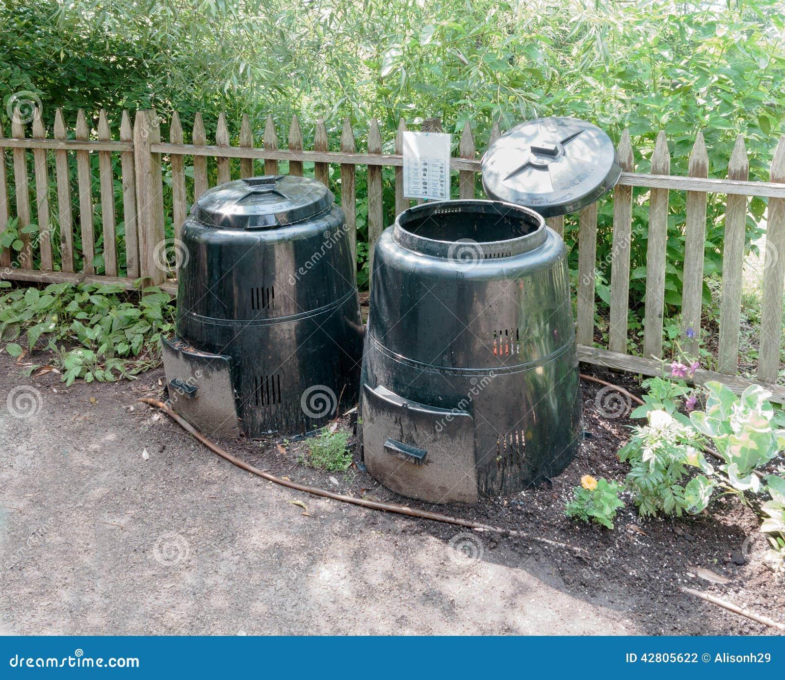 Poubelles Noires De Jardin poubelles de compost noires photo stock - image du ordures