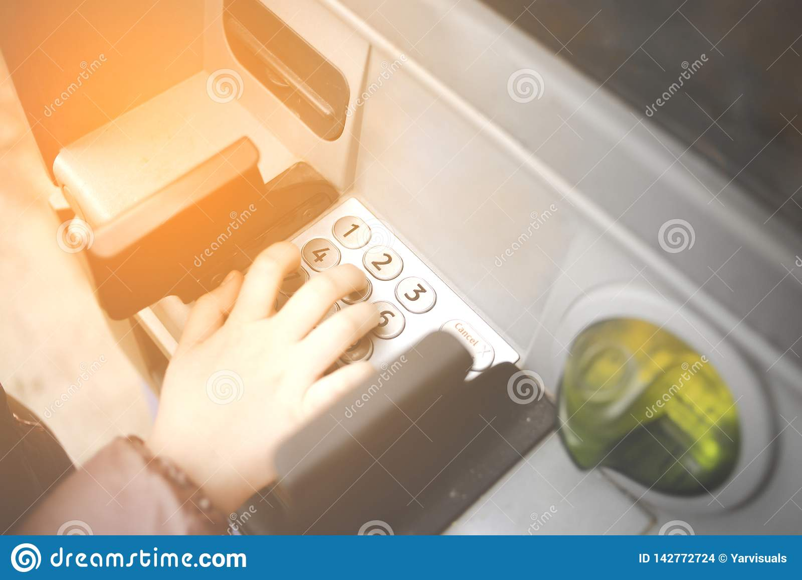 Pouca criança, criança que incorpora números de PIN na máquina do banco do ATM Conceito de pagamentos em linha dos adolescentes i