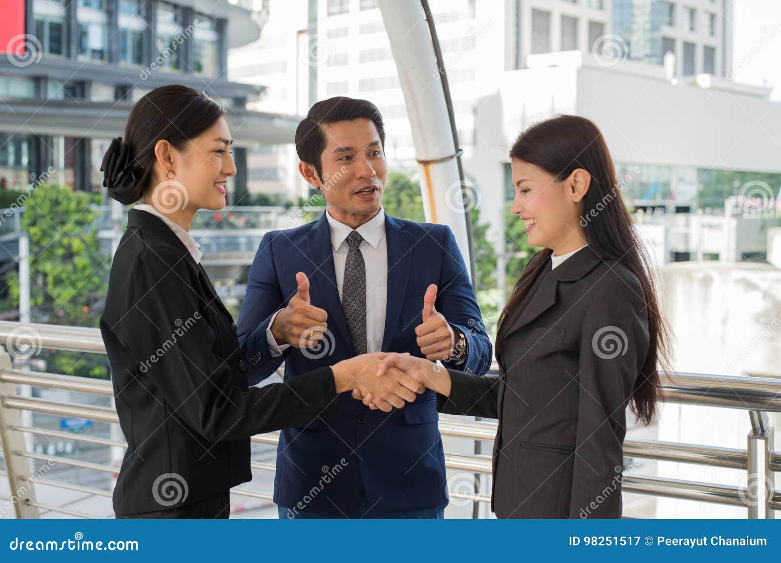 Pouce d exposition d homme d affaires haut et femme des affaires deux se serrant la main pour démontrer leur accord de signer l a