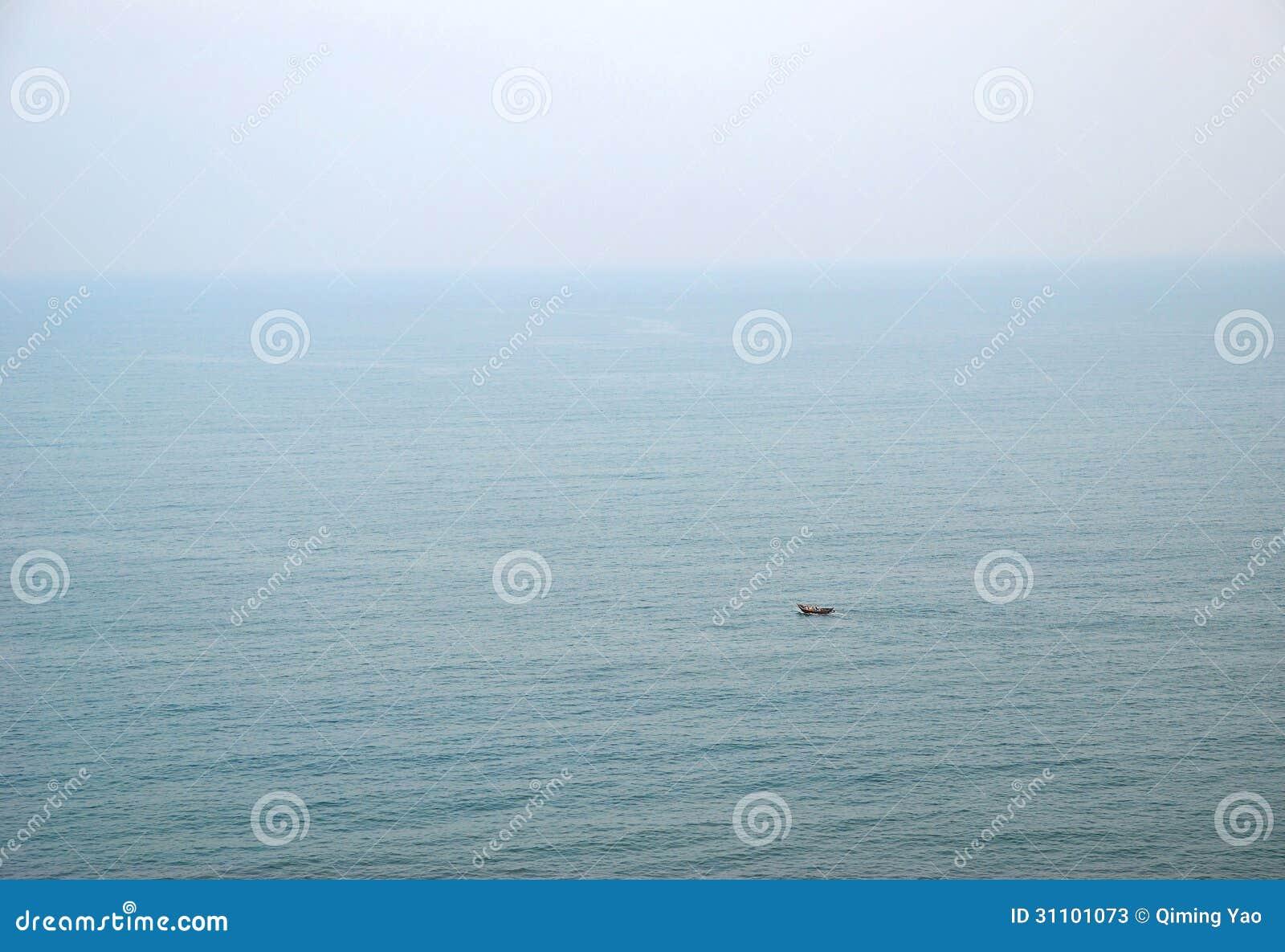 Pouco barco no oceano