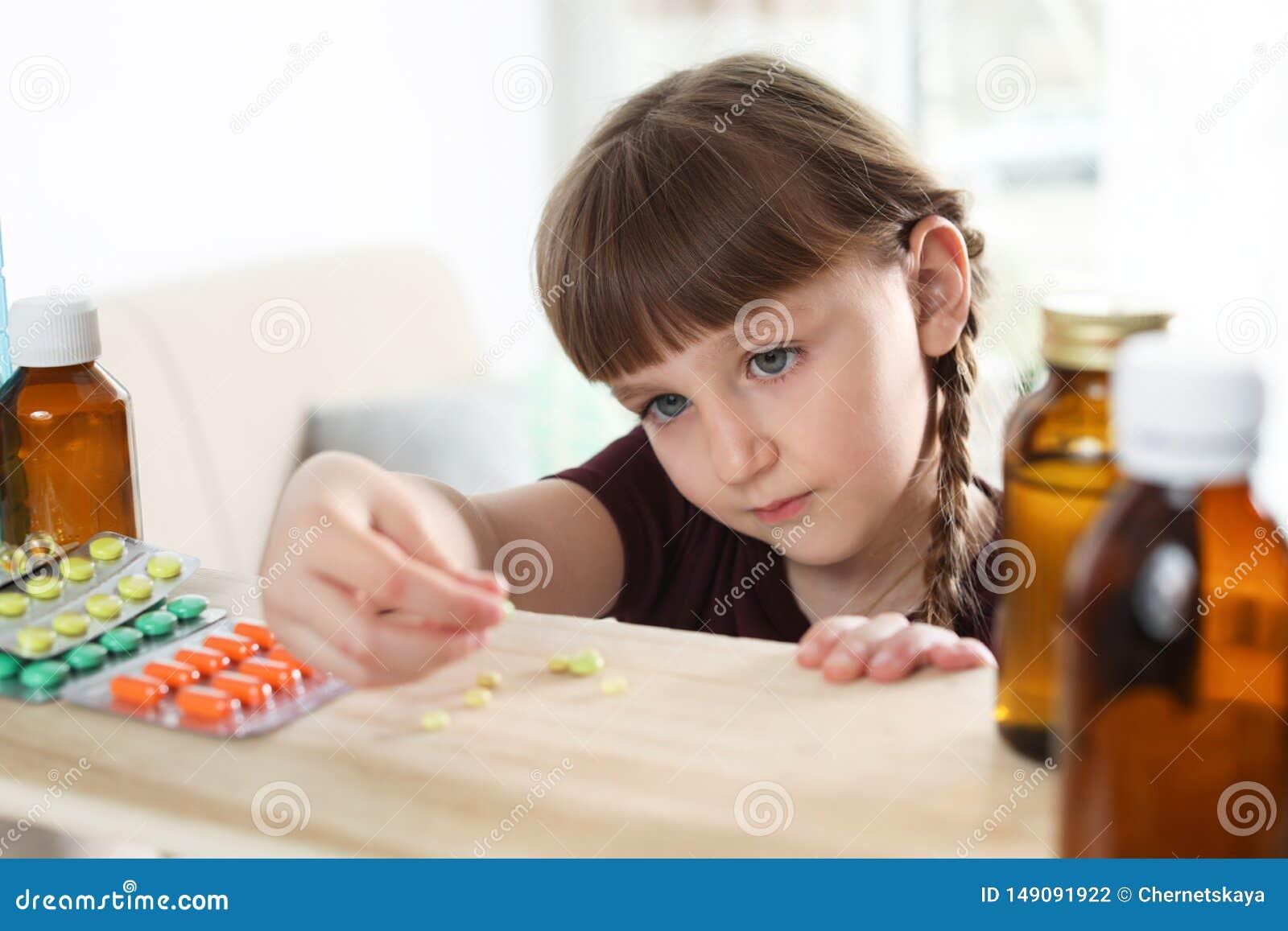 Pouco criança que toma comprimidos da prateleira Perigo da intoxica??o do medicamento