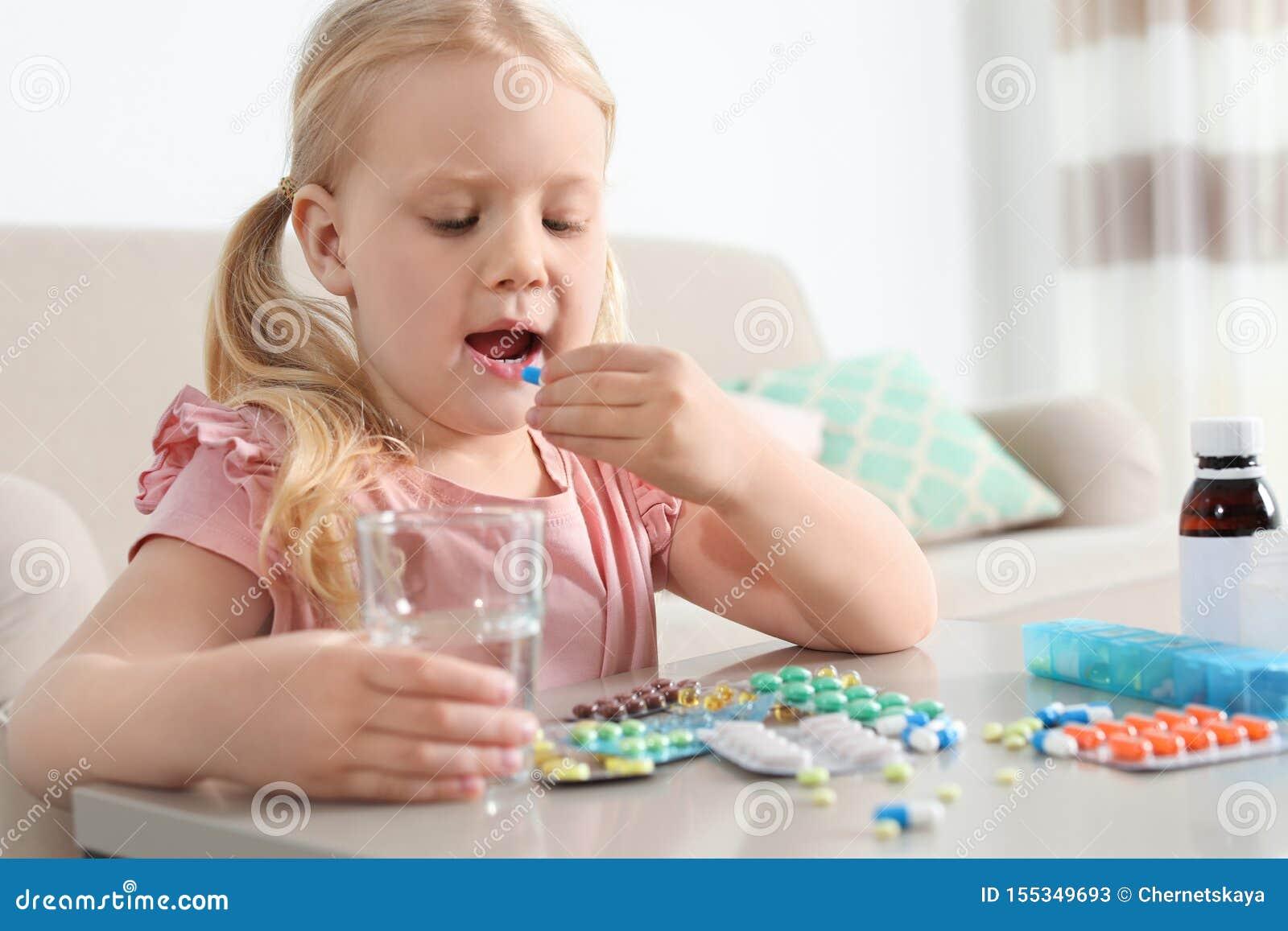 Pouco criança que toma o comprimido na tabela Perigo da intoxica??o do medicamento