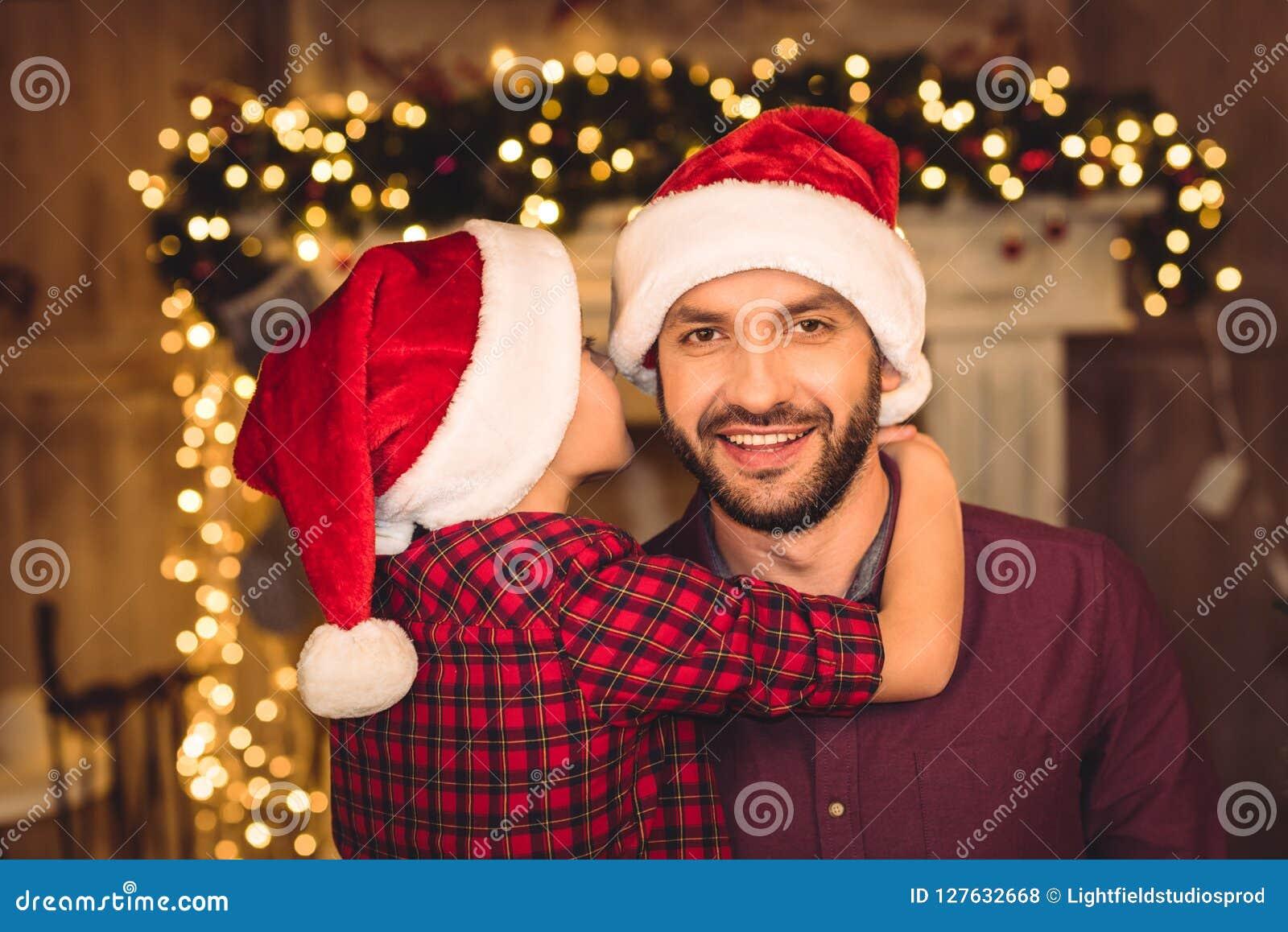 Pouco filho que abraça o pai feliz