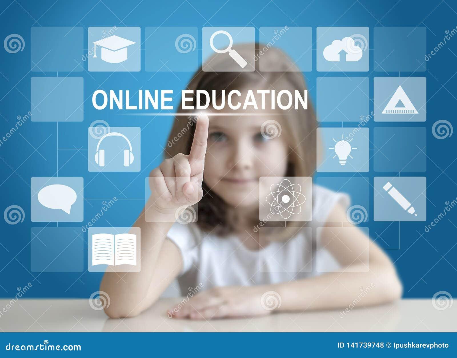 Pouco menina do estudante que escolhe o ícone no tela táctil virtual Bebê que usa uma relação do tela táctil Digitas que aprendem