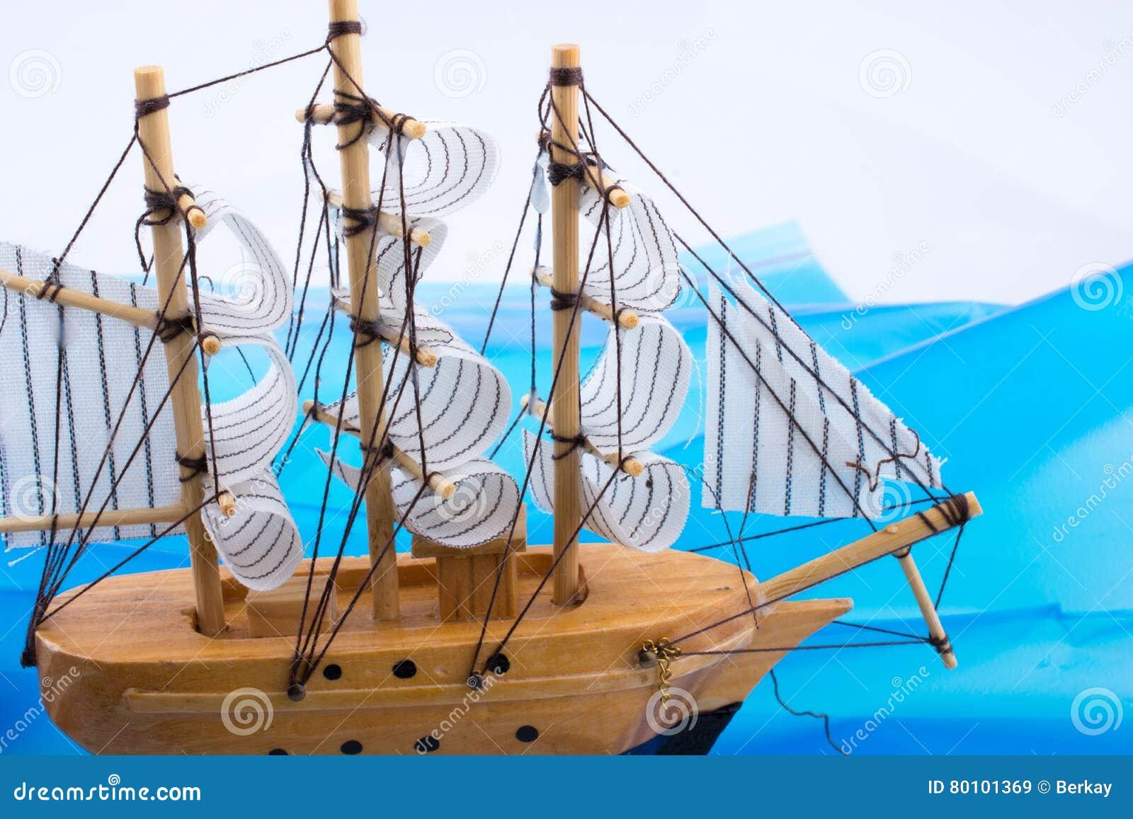 Pouco veleiro modelo de madeira
