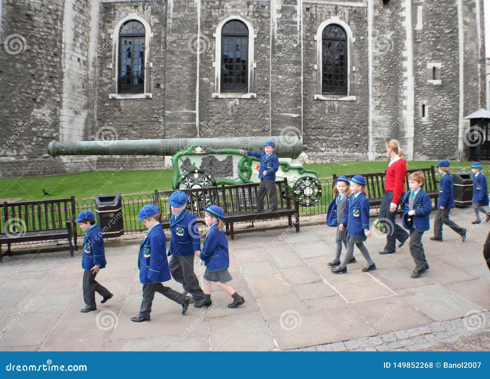 Pouco viajantes a tempo com o líder na torre de Londres