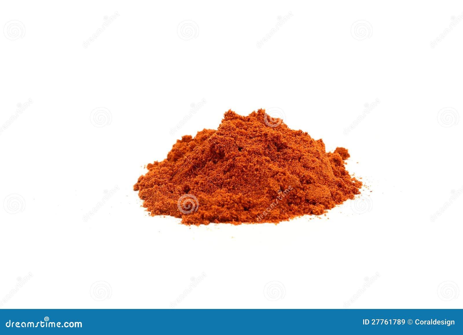 Poudre rouge de paprika d isolement