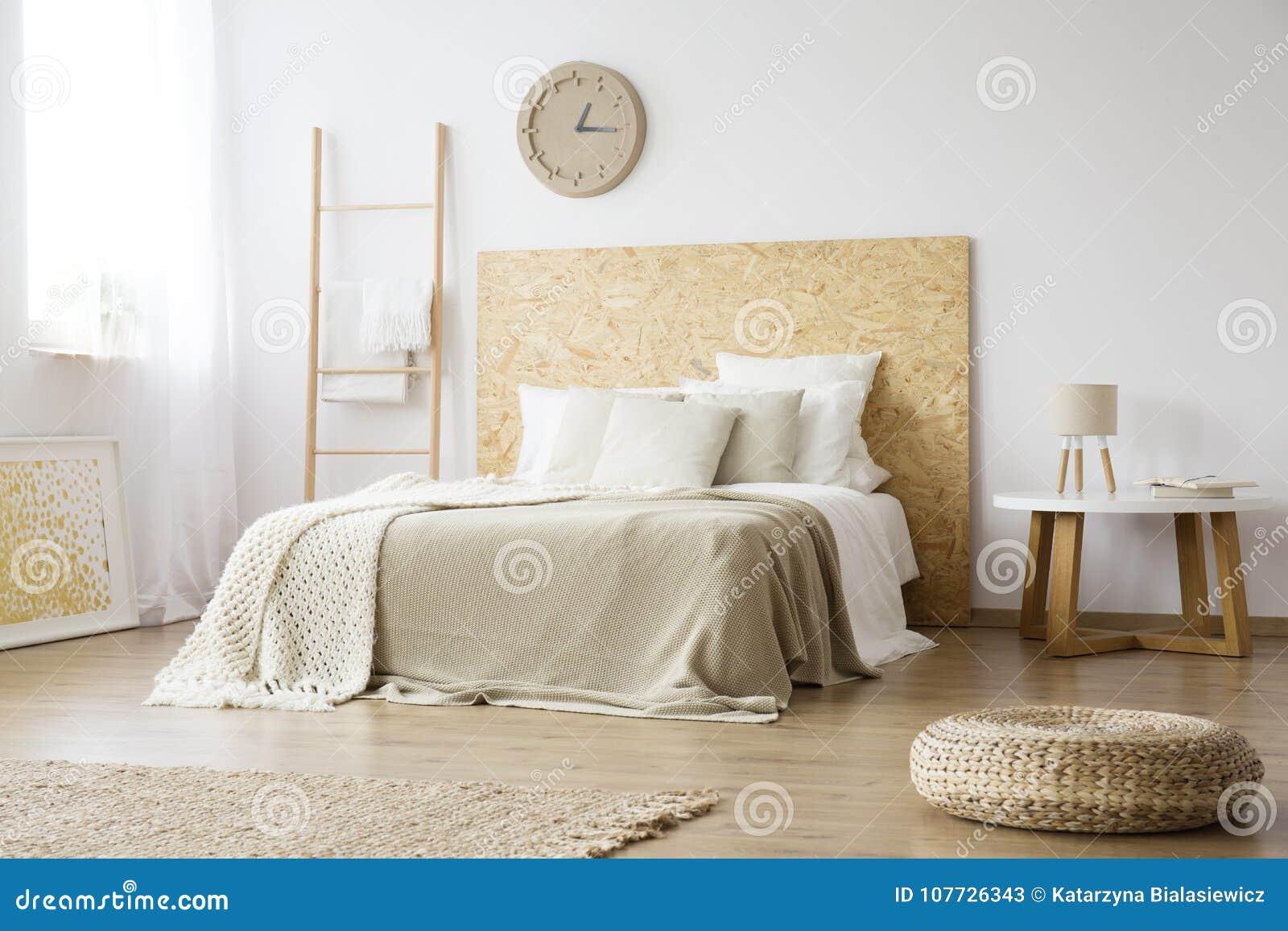 Pouf Dans La Chambre A Coucher Brune Naturelle Image Stock Image