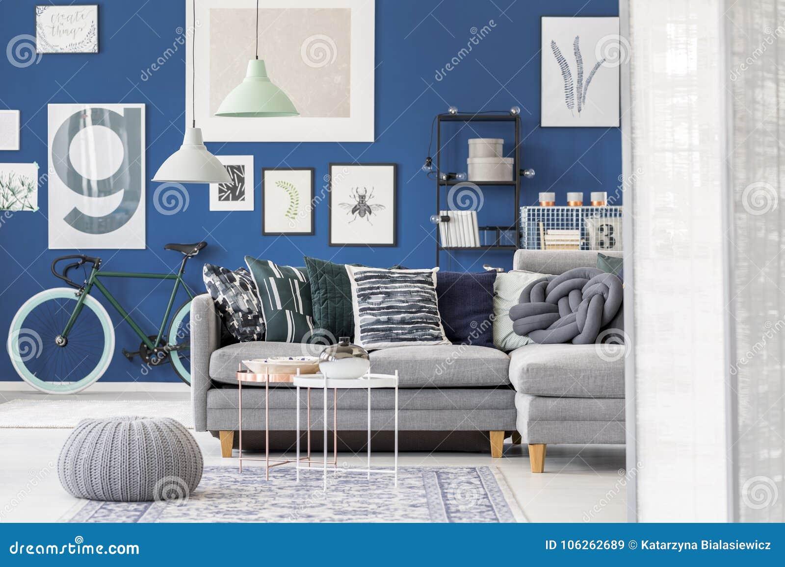 Pouf dans le salon bleu image stock. Image du gris, décor - 106262689