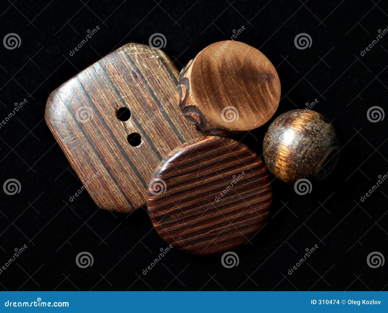 Poukładał plakietki drewnianego