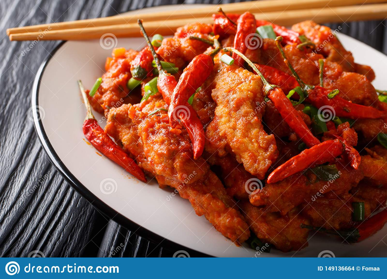 Poulet chinois de nourriture en plan rapproché de sauce à Schezwan d un plat horizontal