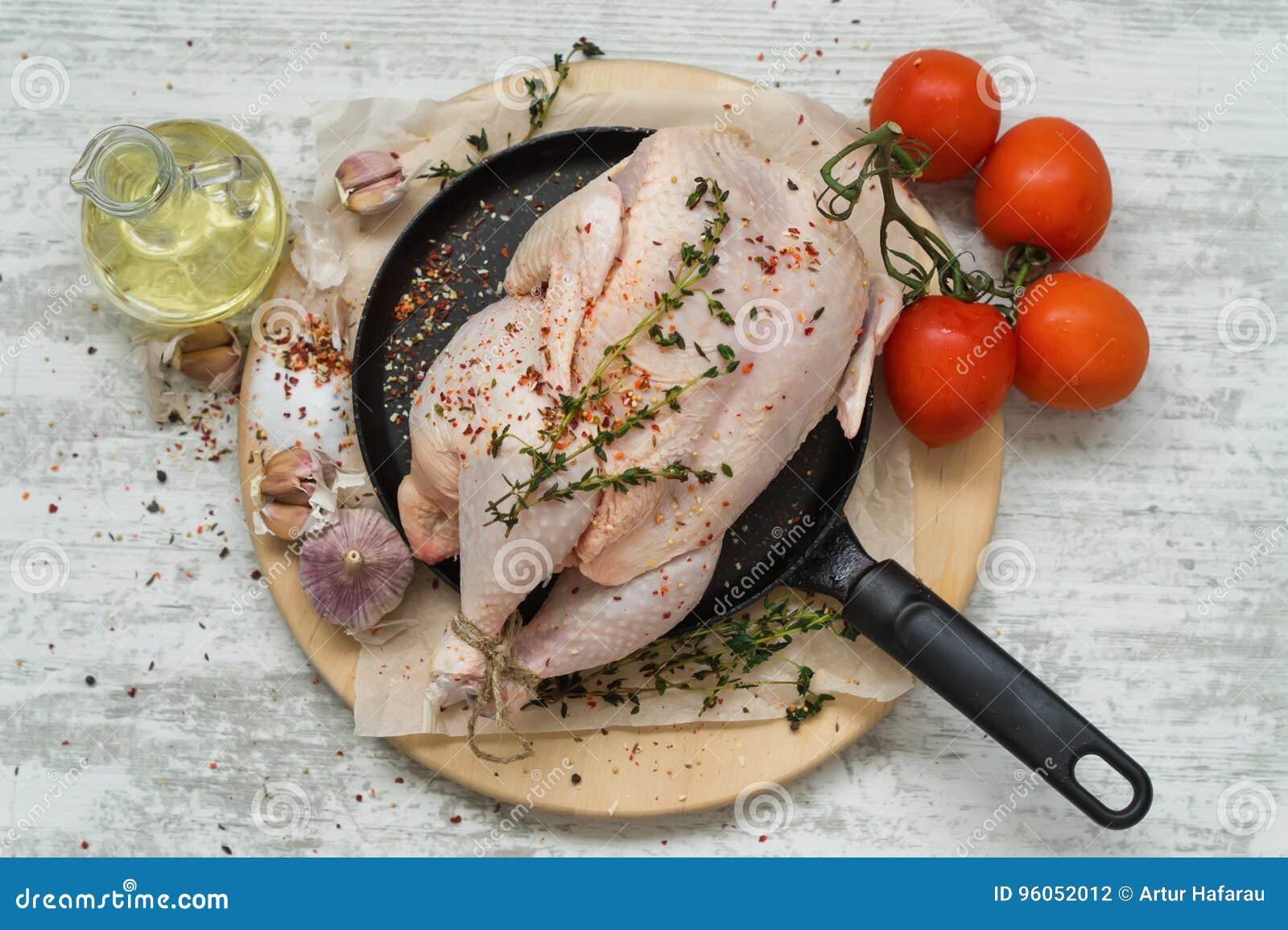 Poulet cru avec des ingrédients d épices
