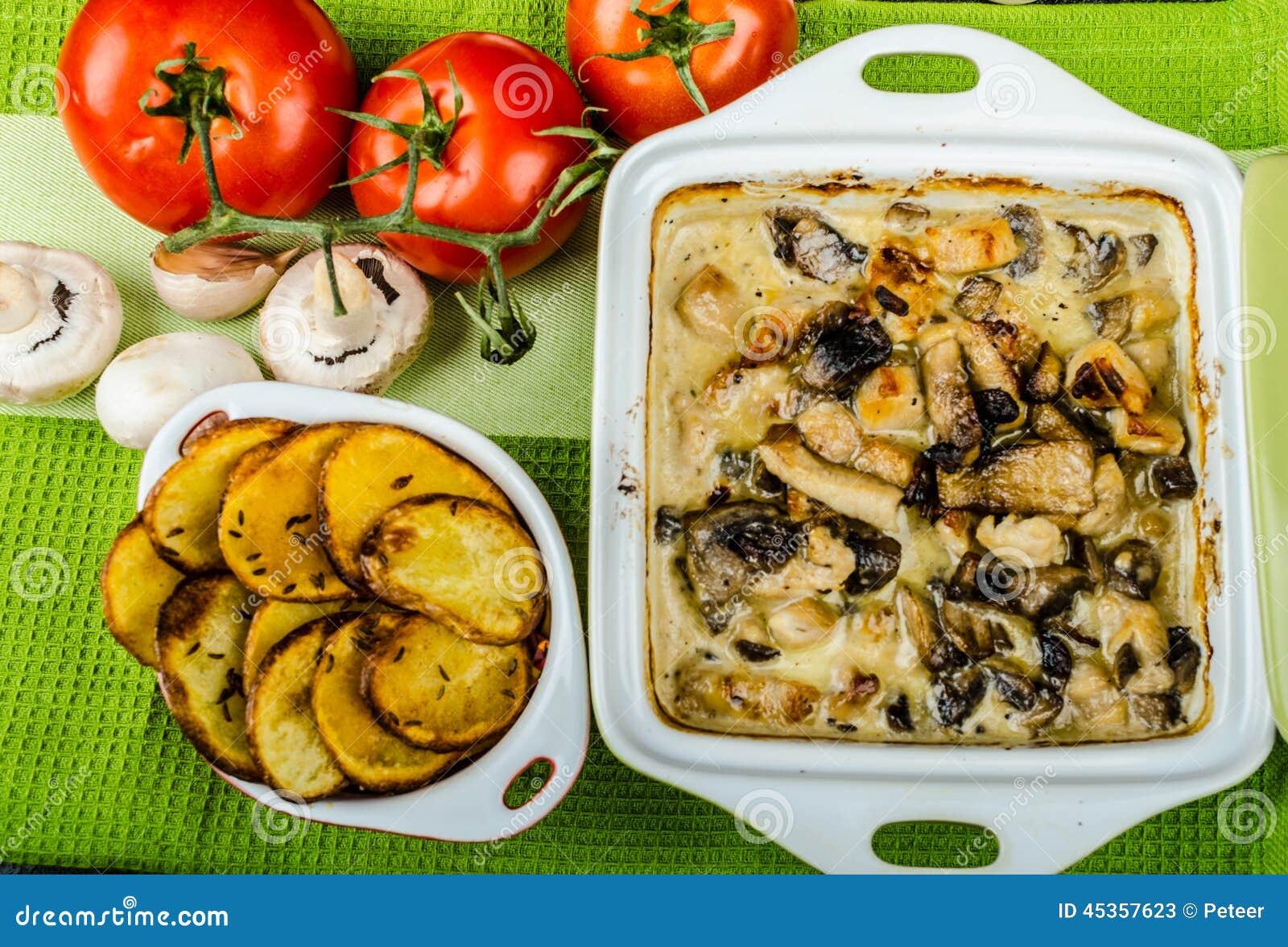 Poulet cuit au four avec les champignons et la crème