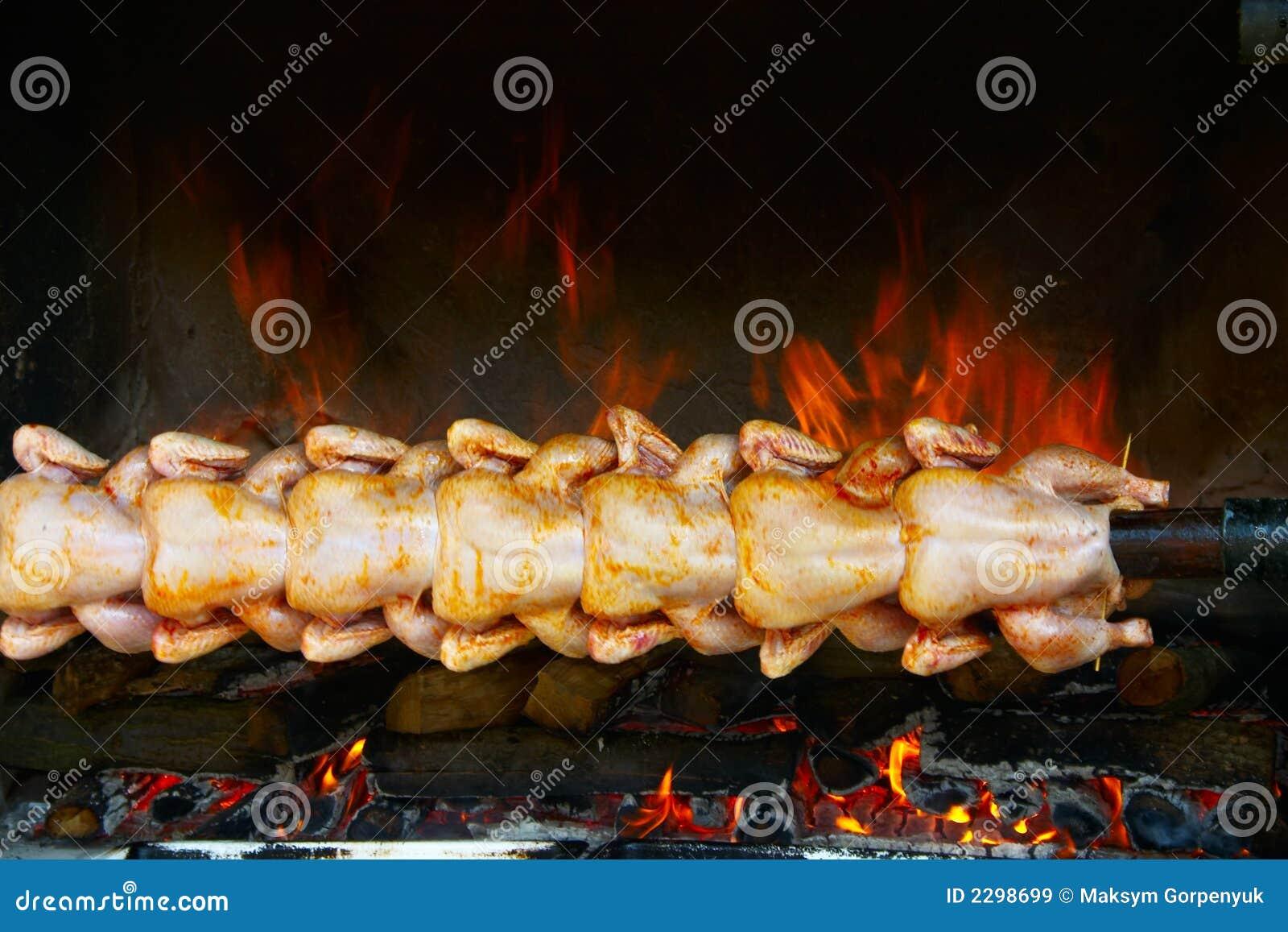 poulet de cuisson sur le gril sur la broche images libres de droits image 2298699. Black Bedroom Furniture Sets. Home Design Ideas
