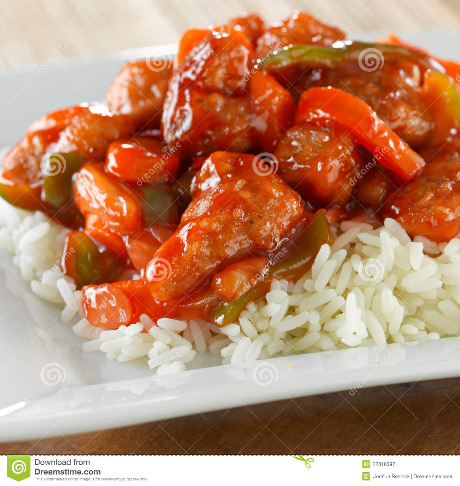 Poulet doux et aigre de nourriture chinoise - sur le riz