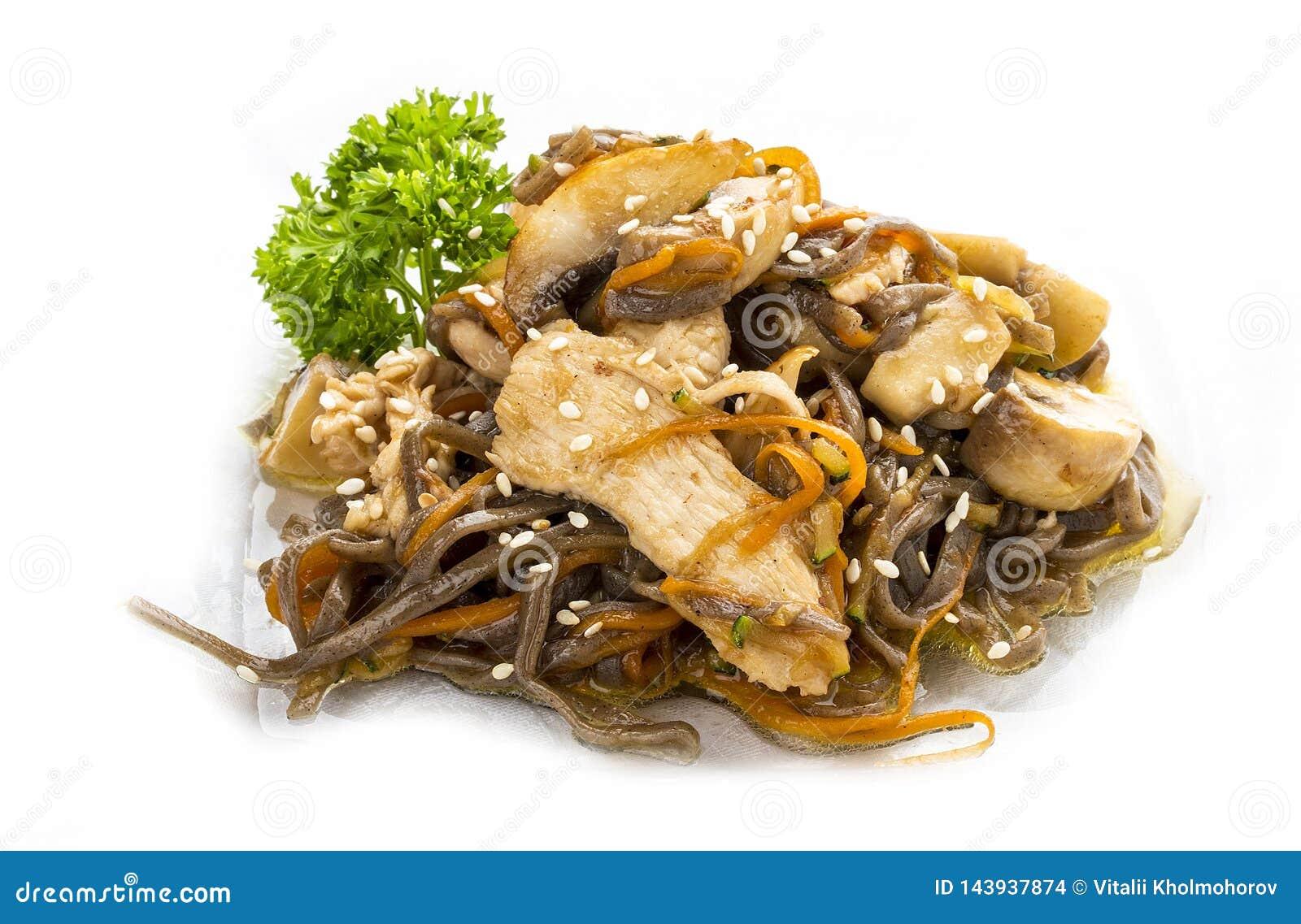 Poulet en sauce à teriyaki avec des nouilles, des champignons et des carottes de sarrasin Déjeuner asiatique