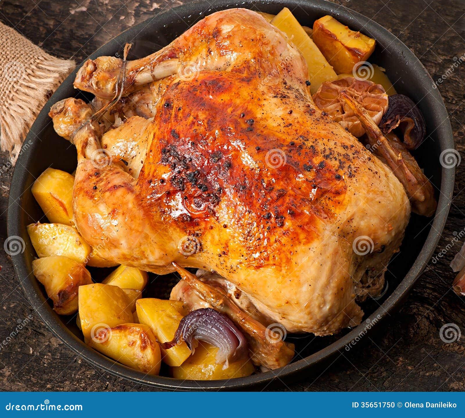 poulet entier cuit au four avec des pommes de terre photo. Black Bedroom Furniture Sets. Home Design Ideas