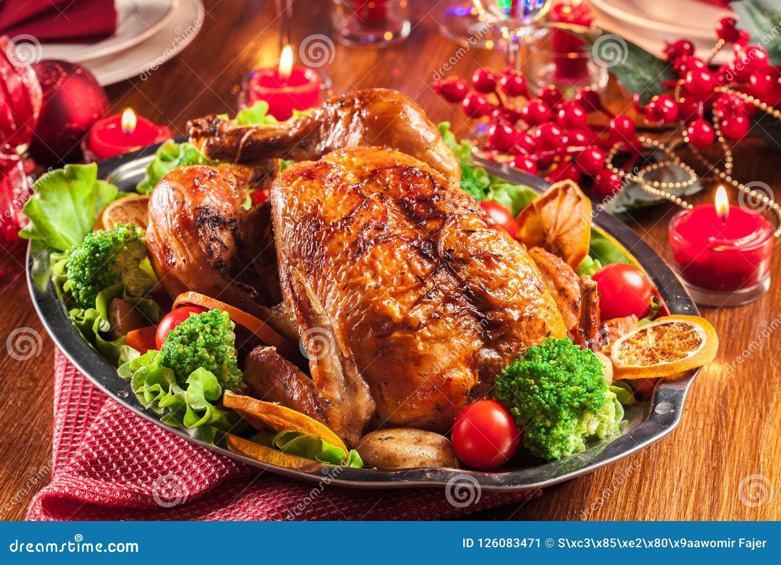 Poulet entier cuit au four ou rôti sur la table de Noël