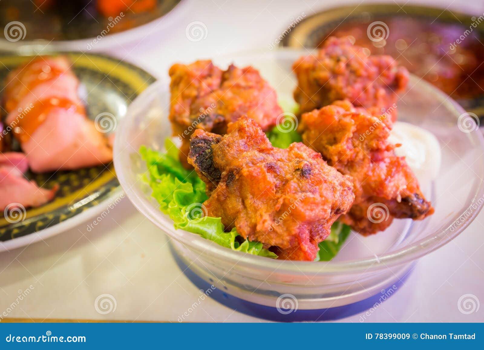 Poulet frit avec de la sauce à mayonnaise dans le restaurant