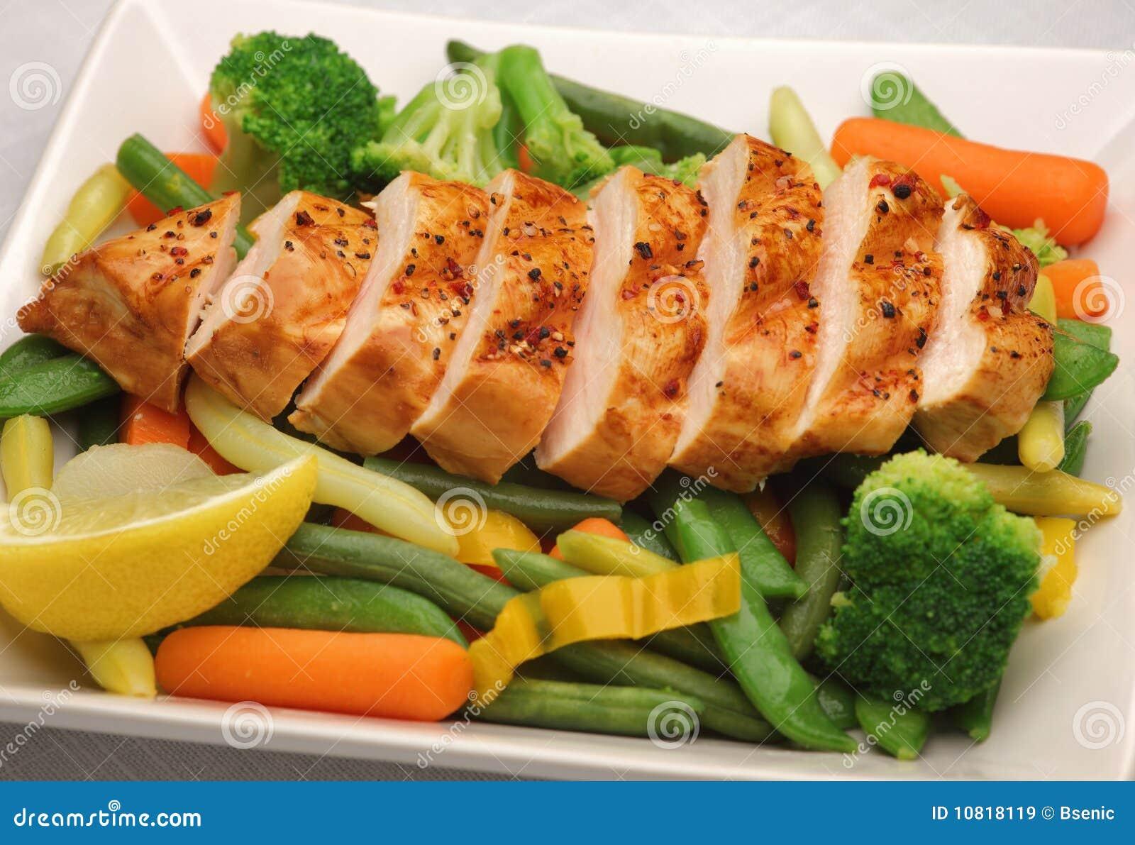Poulet grillé avec les légumes frais