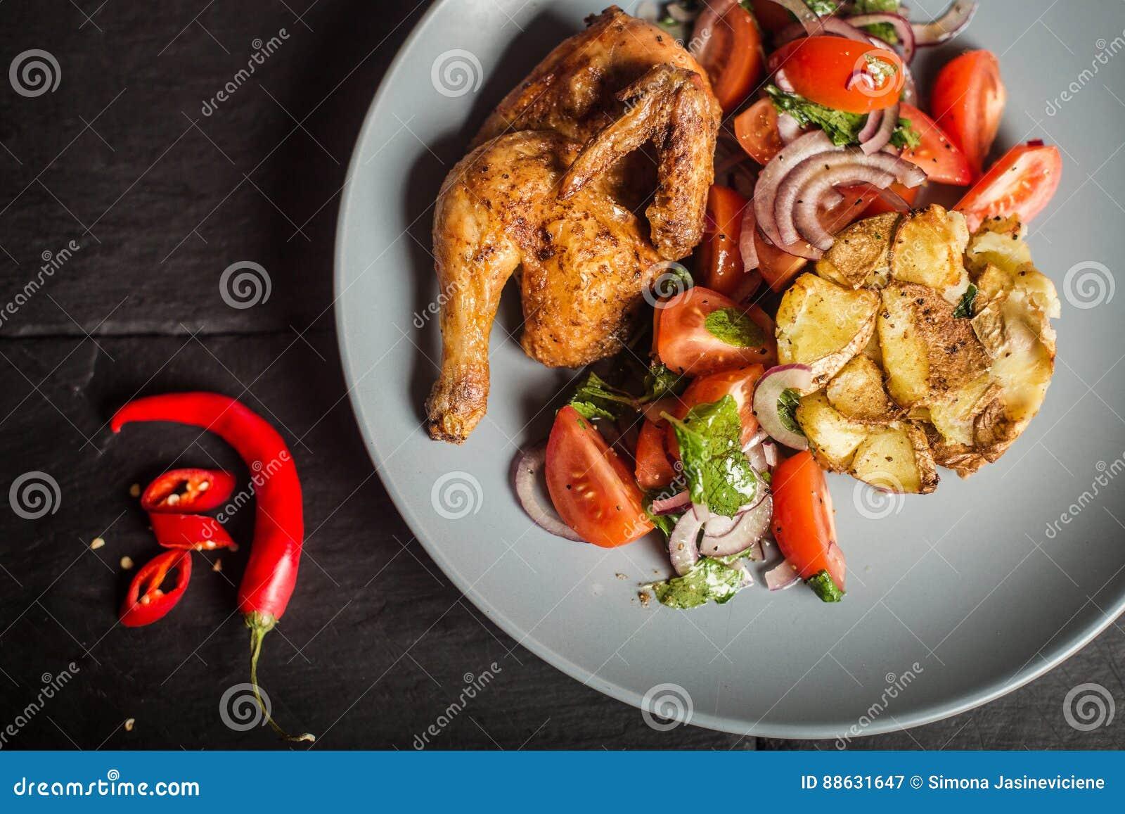 Poulet grillé savoureux assiette