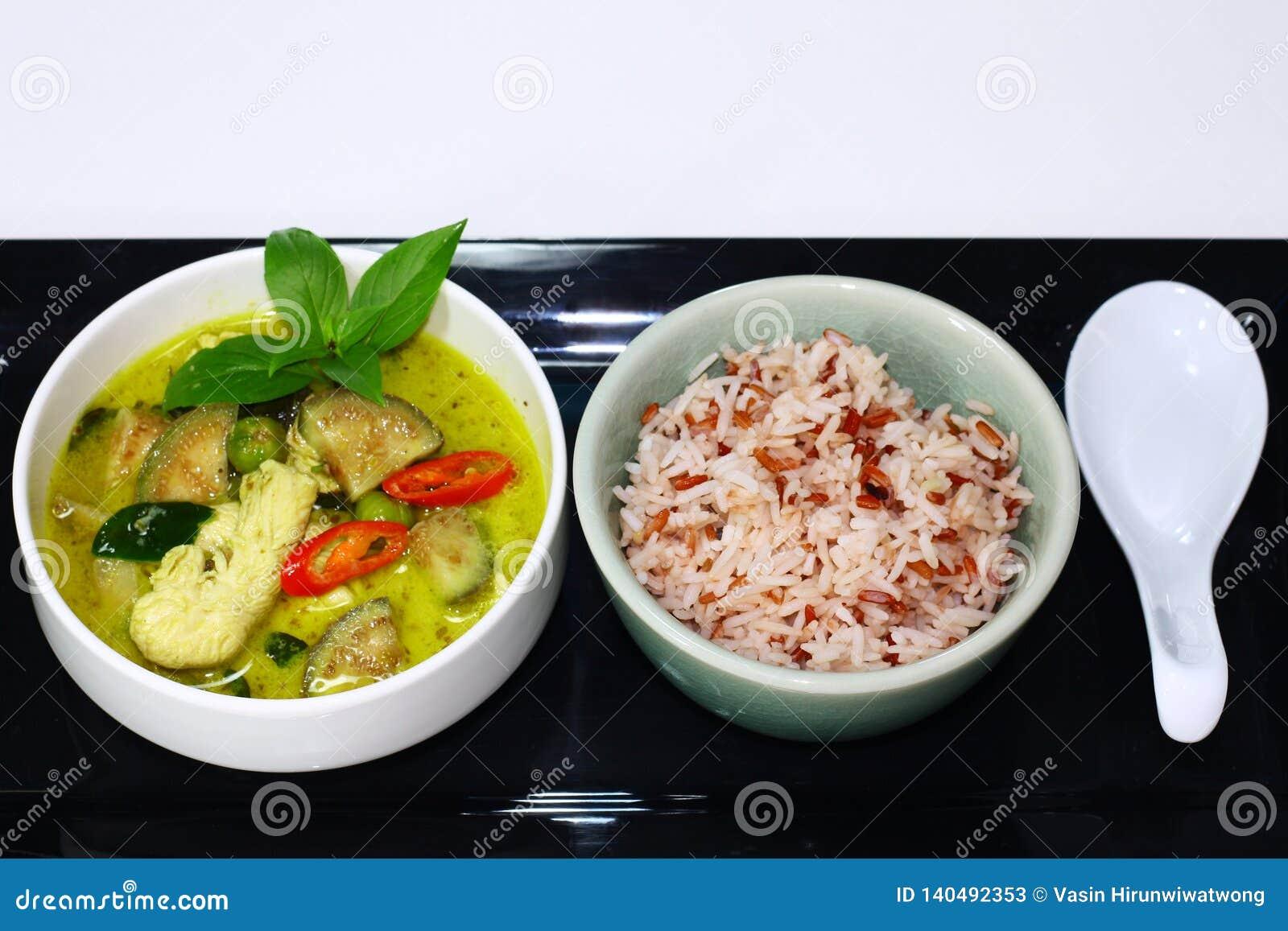 Poulet vert thaïlandais de cari servi avec du riz brun