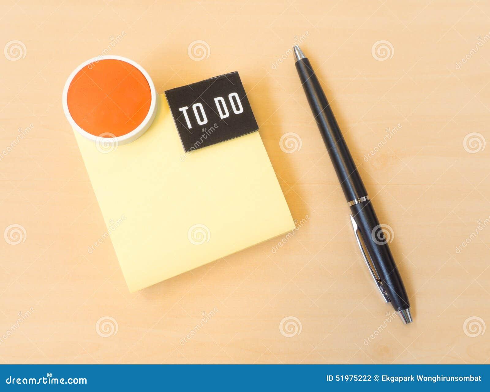 pour faire le post it jaune de liste avec l 39 ic ne de sourire et le stylo noir sur le bois t. Black Bedroom Furniture Sets. Home Design Ideas